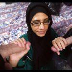 Очкастая темнокожая шалава в хиджабе принимает 2 белых члена