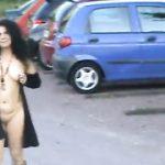 Бесстыдная тетка из Саудовской Аравии расхаживает голая посреди улицы