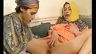 Милые арабские лесбияночки в платках и халатах